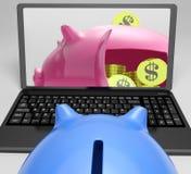 Piggy Wölbung mit den Münzen, die Bankkonto zeigen Stockfotos