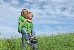 piggyback играя близнецов стоковая фотография
