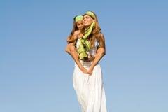 piggyback мумии малыша потехи стоковое фото rf
