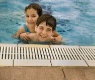 piggyback basenu dopłynięcie Fotografia Stock