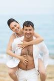 piggyback Hombre joven que continúa hombros su novia imagen de archivo libre de regalías