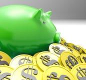 Piggybank在硬币显示美国财务包围 库存照片