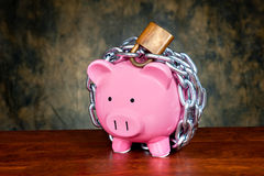 αλυσοδεμένος piggybank Στοκ φωτογραφία με δικαίωμα ελεύθερης χρήσης