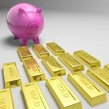 Piggybank που εξετάζει τους χρυσούς φραγμούς που παρουσιάζουν χρυσές επιφυλάξεις Στοκ εικόνα με δικαίωμα ελεύθερης χρήσης