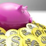Piggybank在显示美国财富的硬币围拢了 免版税库存照片