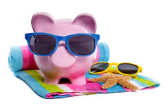 Каникулы пляжа Piggybank, выход на пенсию, концепция сбережений денег перемещения Стоковые Фотографии RF