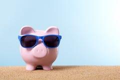 Piggybank海滩假期,退休储蓄,养恤基金概念,拷贝空间 免版税库存照片