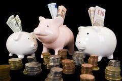 Piggybank con el vario dinero en circulación imagen de archivo libre de regalías