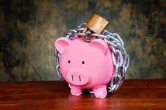 Piggybank concatenato Fotografia Stock Libera da Diritti