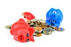 Piggybank de Broaken com moedas Fotografia de Stock