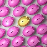 Piggybank dourado entre o grupo mostra o sucesso comercial Foto de Stock