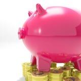 Piggybank en las monedas que muestran aumento monetario Foto de archivo