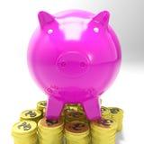 Piggybank en las monedas que muestran las inversiones de Gran Bretaña Imágenes de archivo libres de regalías