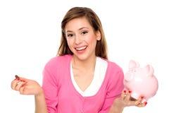 Piggybank Holding der jungen Frau Stockfotos