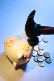 Piggybank mit Hammer Lizenzfreies Stockbild