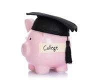 Piggybank mit Mörserbrett und Collegeaufkleber Stockbild