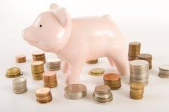 Piggybank mit Münzen Stockfotos