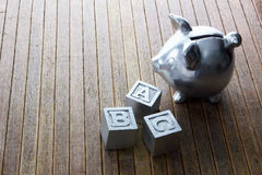 Piggybank och alfabetkuber Royaltyfri Fotografi