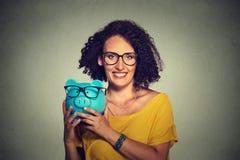Piggybank och bärande exponeringsglas för kvinna Royaltyfri Foto