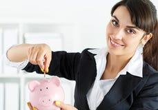 Piggybank och kvinna Fotografering för Bildbyråer