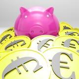 Piggybank omgav i mynt som visar europeiska inkomster Arkivbild