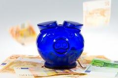 Piggybank op contant geld Stock Fotografie