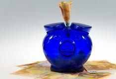 Piggybank op contant geld Royalty-vrije Stock Afbeeldingen