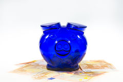 Piggybank op contant geld Stock Foto