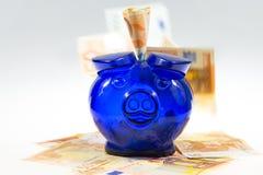 Piggybank op contant geld Royalty-vrije Stock Afbeelding