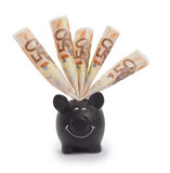 Piggybank preto muito feliz enchido com as 50 euro- cédulas Imagem de Stock Royalty Free