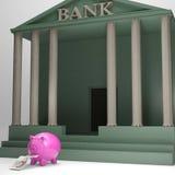 Piggybank que sale del banco muestra retiro del dinero Imagenes de archivo