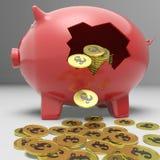 Piggybank quebrado muestra los depósitos bancarios de Gran Bretaña Imagenes de archivo
