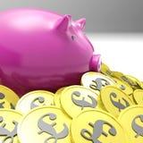 Piggybank rodeó en las finanzas de Gran Bretaña de las demostraciones de las monedas Foto de archivo libre de regalías