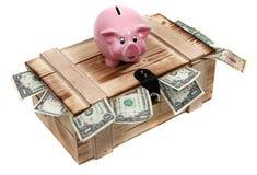 Piggybank rosado en caso de madera con las notas del dólar Fotos de archivo libres de regalías
