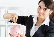 Piggybank und Frau Stockbild