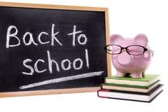 Piggybank zurück zu Schulmitteilungsanzeige, Schulgeldkonzept, lokalisiert Stockfotografie