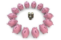 Piggybanks alrededor de monedas Imagen de archivo