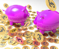 Piggybanks op Muntstukken die de Inkomens van Groot-Brittannië tonen Stock Afbeeldingen