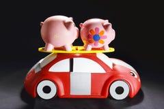 Piggybanks på Toy Car Arkivbild