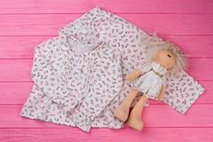 Pigiama del ` delle ragazze e bambola di pezza Fotografia Stock Libera da Diritti