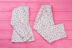 Pigiama del ` delle ragazze messo sul rosa Fotografia Stock Libera da Diritti