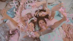 Pigiama party ragazze in pigiami divertendosi vicino ad un albero di Natale stock footage