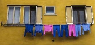 Pigiami rosa e blu che si asciugano su un filo stendiabiti Fotografie Stock Libere da Diritti
