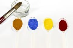Pigmente pulverisieren mit einer Schüssel des Wassers und der Bürste Lizenzfreie Stockfotos
