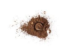 Pigmento de color marrón mate natural Polvo cosmético flojo Pigmento aislado en un fondo blanco, primer del sombreador de ojos imagen de archivo libre de regalías