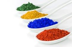 Pigmentos vibrantes da cor nas colheres Fotografia de Stock