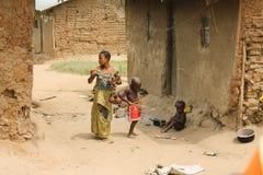 Pigmeo de la mujer con los niños. Fotografía de archivo libre de regalías