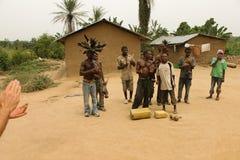 Pigmeos que bailan y que juegan en las latas. Foto de archivo libre de regalías
