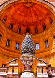 Pigna antica nel Cortile Della Pigna dei musei del Vaticano, Roma Immagine Stock