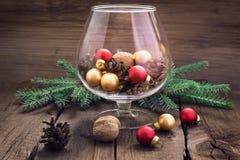 Pigne, dadi e giocattoli di Natale nel vetro Immagine Stock